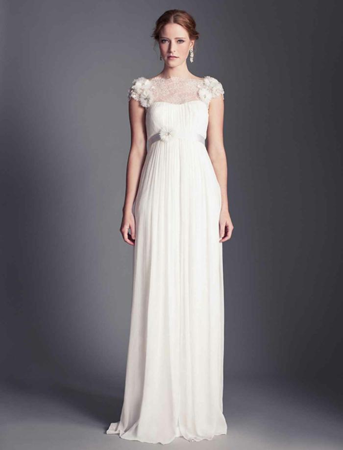 une robe empire longue romantique, robe ceinturée et col bateau en dentelle fine