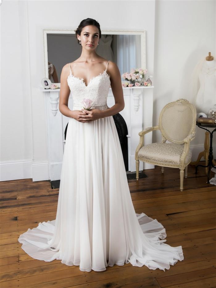 une robe de mariée style empire à jupe évasée pour une silhouette harmonieuse et féminine
