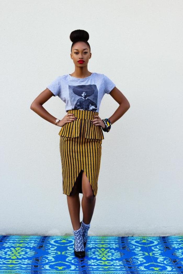 tenue africaine, jupe mi longue, t-shirt blanche avec photographien chaussettes