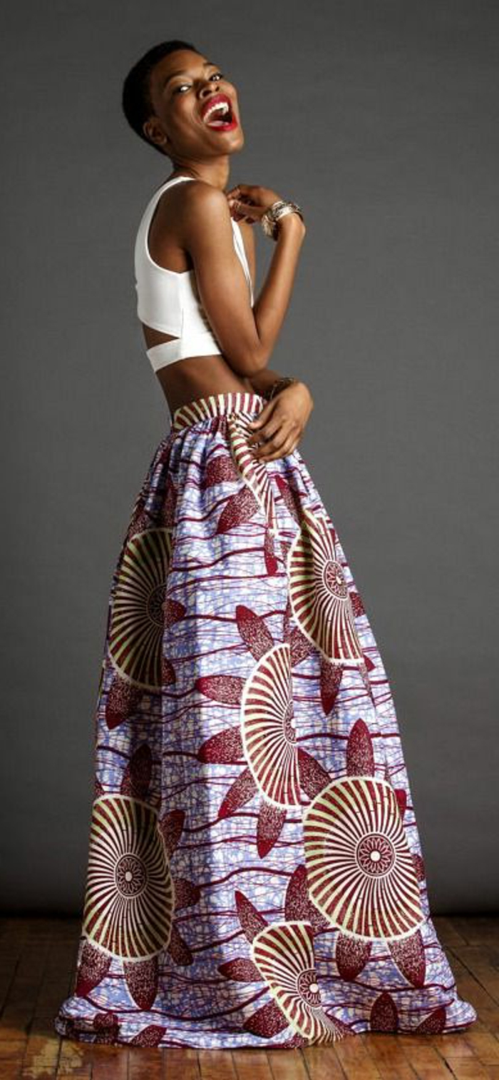 tenue africaine, longue jupe blanche, coupe courte