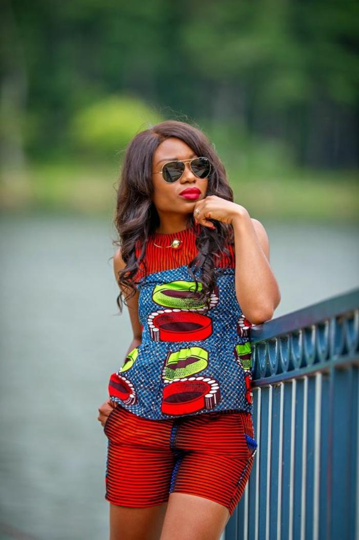 tenue africaine, pantalon court écarlate et blouse en rouge ert bleu