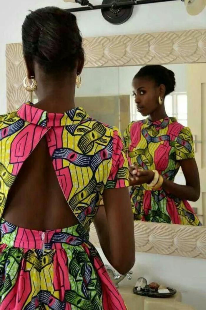 tenue africaine, robe florale au dos nu, chignon et bracelets et boucles d'oreille blancs