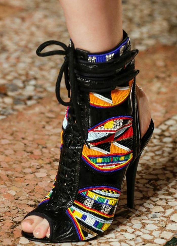 tenue africaine, sandales aux motifs africains avec lacets au coté front