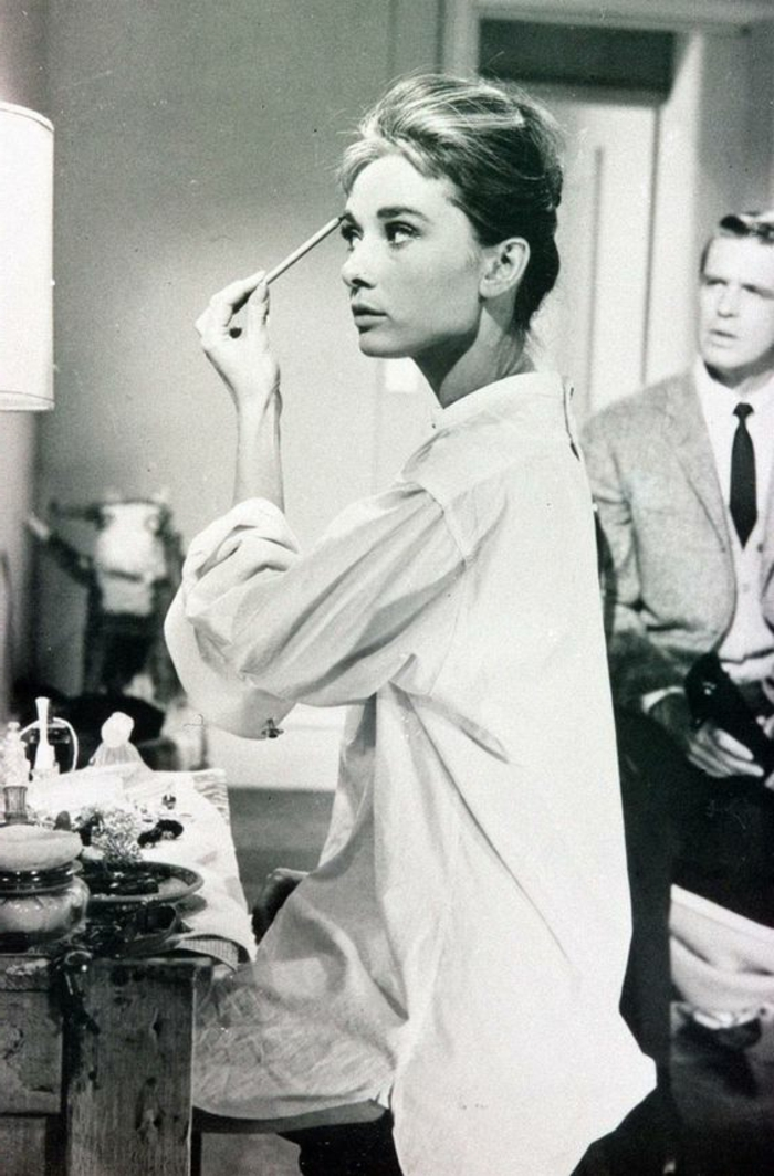 tenue année 60 femme, une photographie en noir et blanc de l'actrice Audrey Hepburn