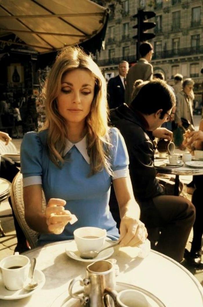 tenue année 60 femme, robe bleue avec col Claudine, Catherine Deneuve