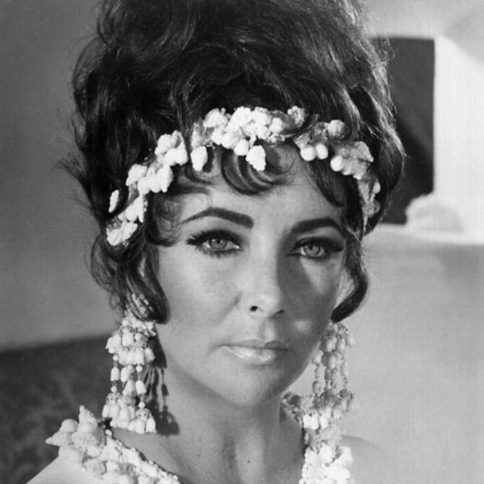 tenue année 60 femme, couronne de fleurs blanches et chignon