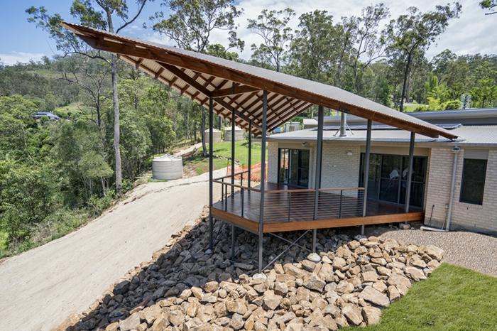 construire une terrasse, maison sur pente, ray grasse, auvent en bois, grandes fenêtres