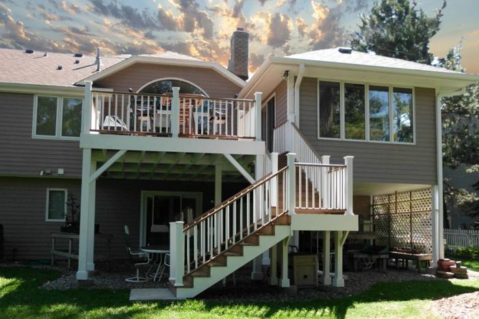 terrasse bois sur pilotis, escalier en bois, ray grasse, grandes fenêtres, salon de jardin