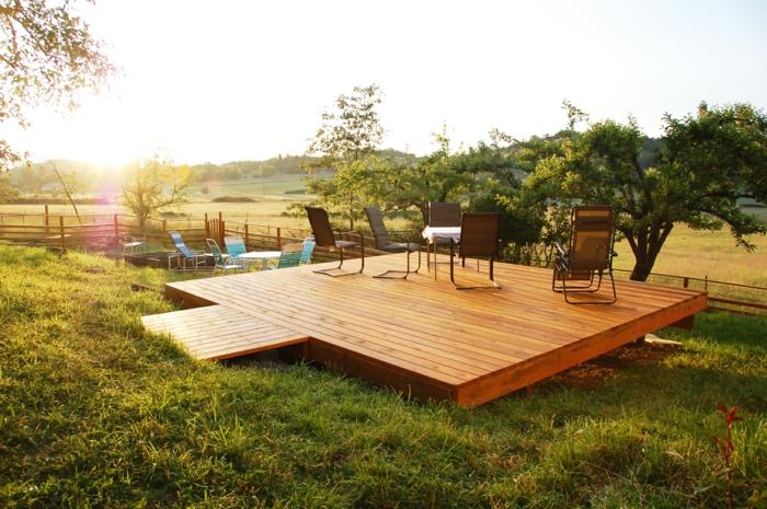 construire une terrasse, chaise pliante de jardin, terrasse en bois, arbres, coucher de soleil