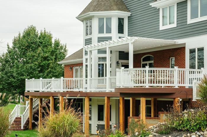 terrasse surélevée, colonnes en bois, terrasse bois sur pilotis, murs en briques, grandes fenêtres