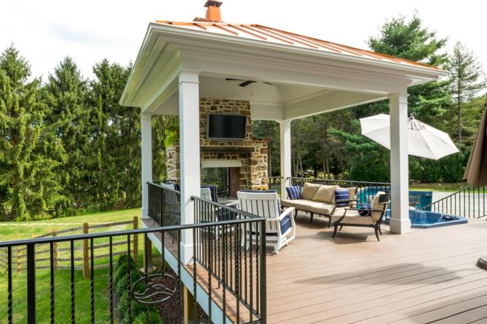 terrasse suspendue acier, garde-corps en fer forgé, cheminée d'extérieur, parasol blanc, piscine d'extérieur