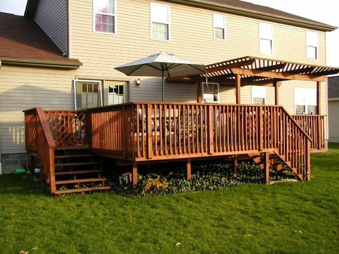 terrasse surélevée, rampe en bois, terrasse sur pilotis, ray grass, façade beige
