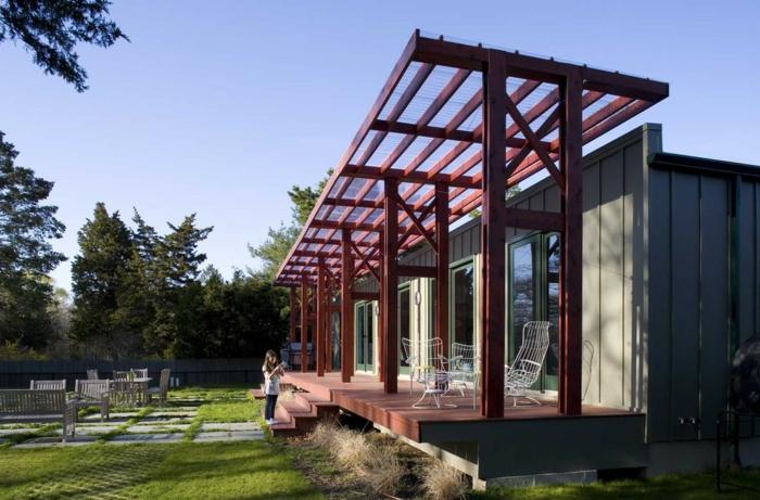 construire une terrasse, auvent en bois, marches en bois, façade grise, fenêtres vertes