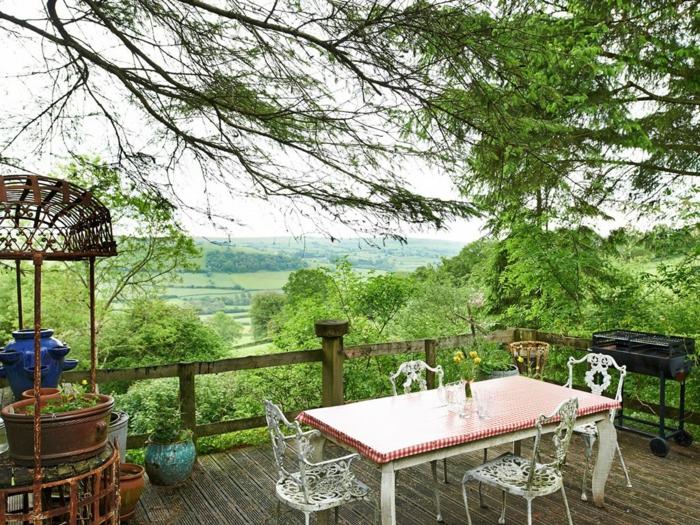 terrasse bois sur pilotis, table rectangulaire, chaise vintage, vue d'en haut, barbecue