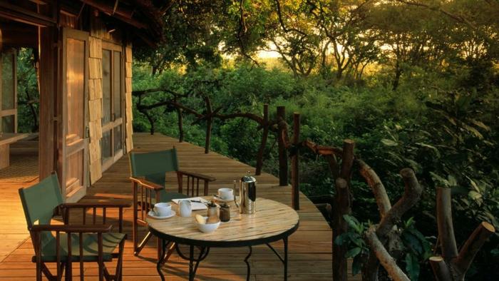 terrasse bois sur pilotis, table basse en bois, chaise vert en bois, vue d'en haut, grandes fenêtres