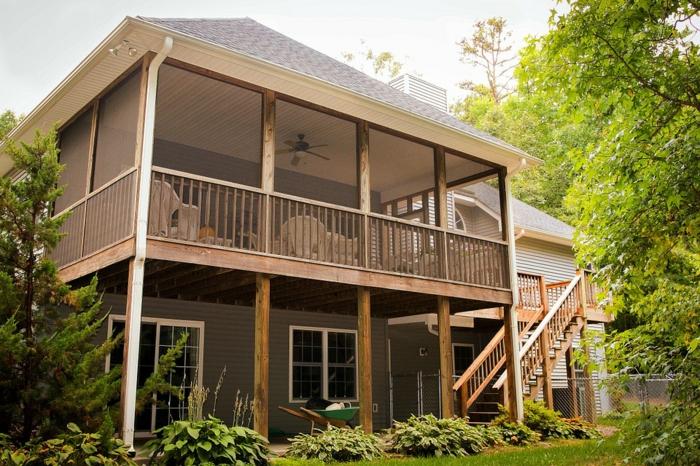 terrasse surélevée, plantes vertes, ray grasse, escalier en bois, ventilateur de plafond, terrasse sur pilotis