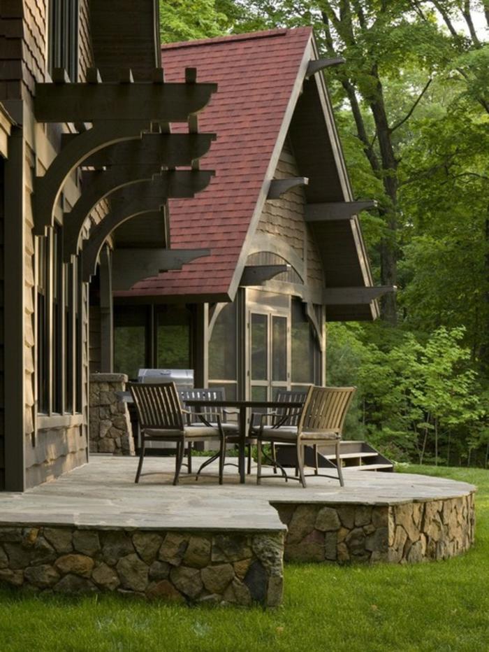 construire une terrasse, ray grasse, salon de jardin en bois, façade en pierre et bois, arbres, forêt