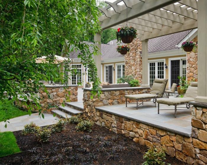 construire une terrasse, ray grasse, façade beige, fenêtres à carreaux, lanternes extérieur, auvent en bois