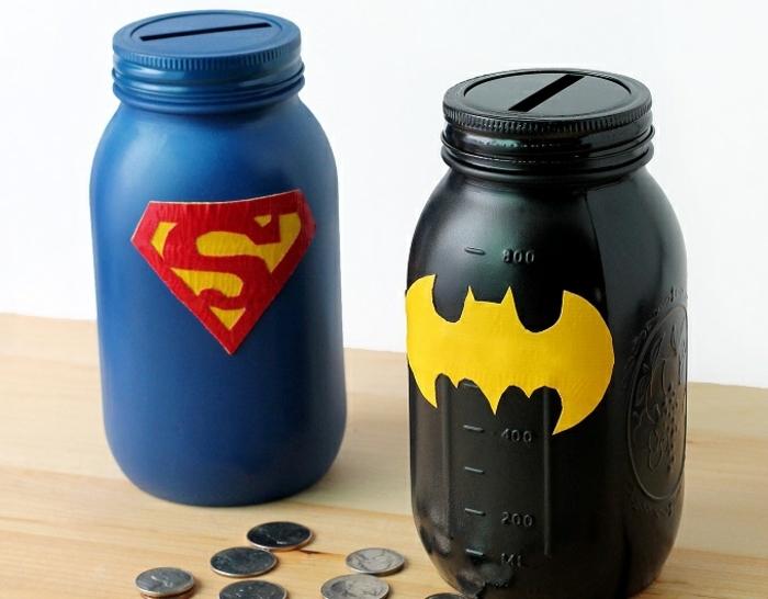 tirelire enfant thématique, pots en verre avec couvercles, munis de fentes, stickers décoratifs superman et batman