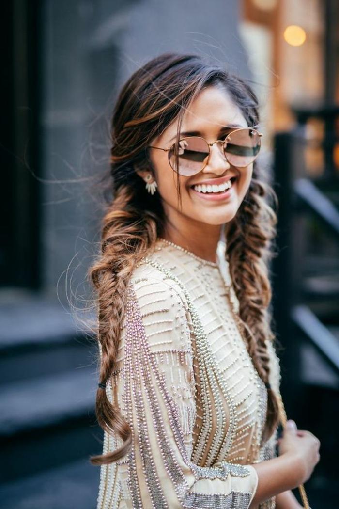 modèle de tresse épi de blé, cheveux longs, frange, lunettes de soleil, femme look urbain, tenue élégante