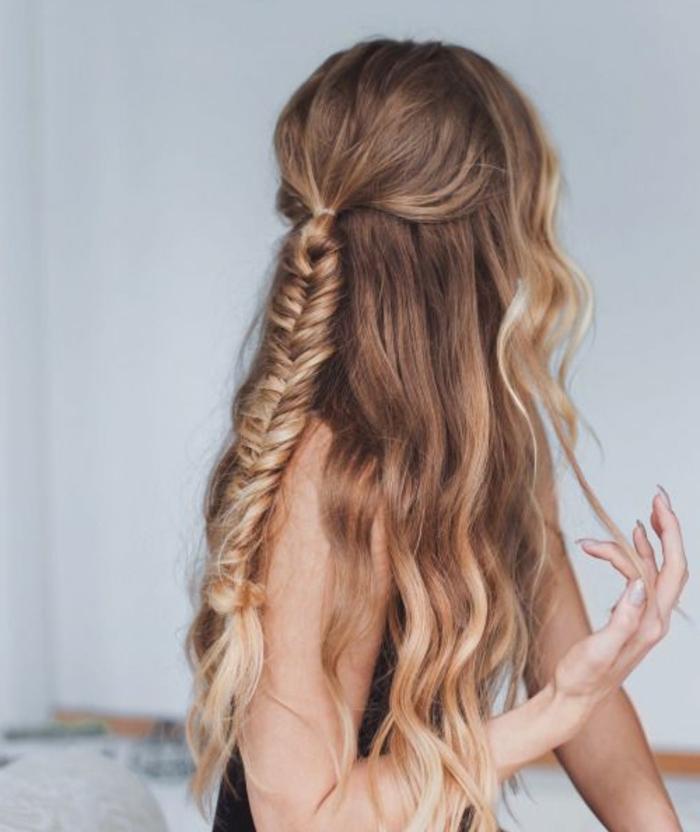 tresse épi, idée comment faire une tresse simple, cheveux blonds longs, effet ombré, coiffure boheme chic
