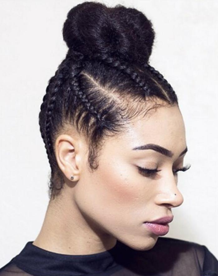 tresse africaine et chignon, coiffure femme cheveux crépus métisse, tersse plaqué, tenue noire, femme moderne