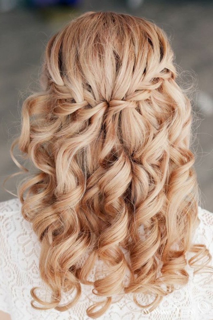 tresse collé, une couronne tresse sur cheveux bouclés blonds