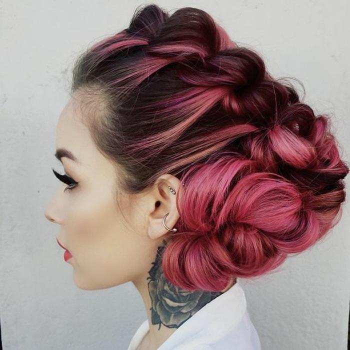 tresse collé sur le côté, cheveux roses, tatouage rose au coup