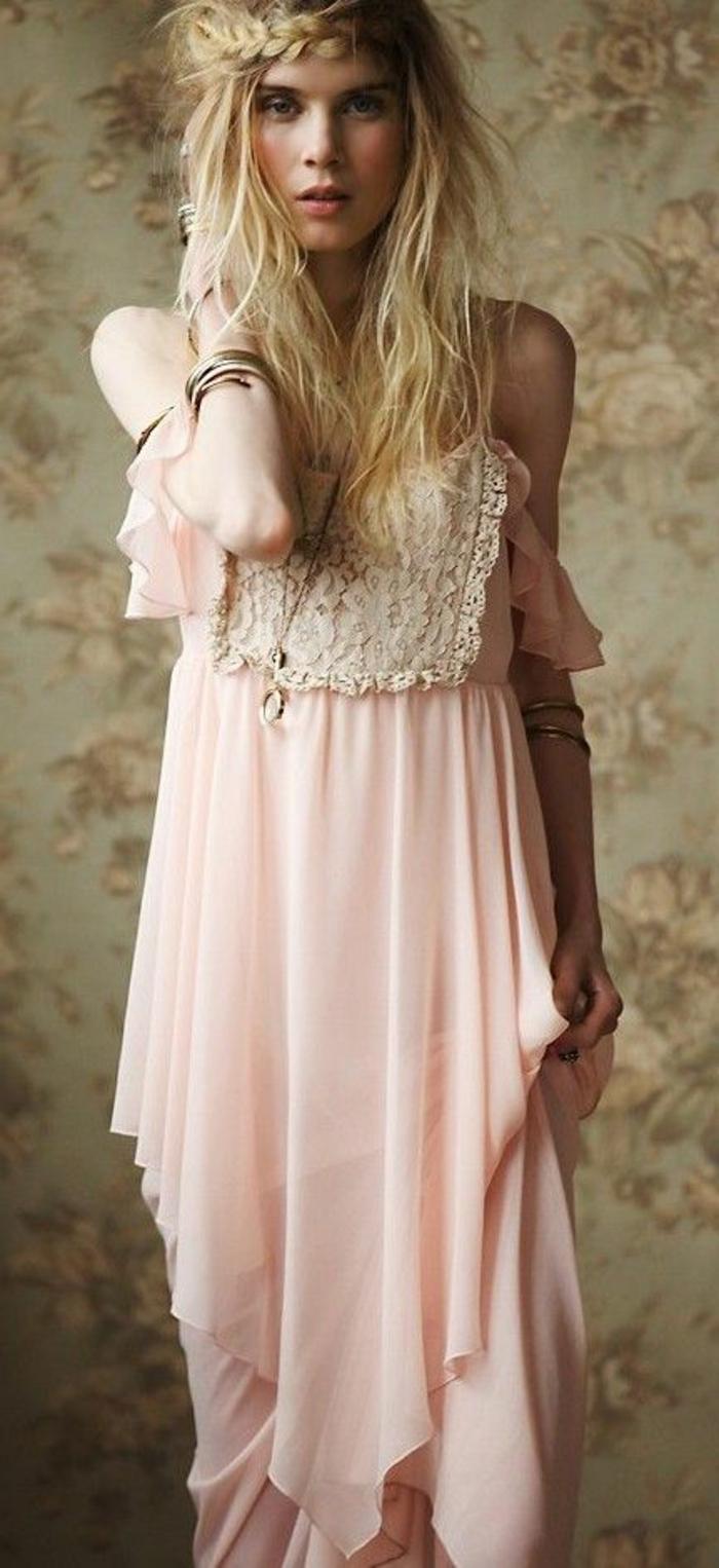 tresse collé sur le côté, jolie tresse couronne et robe rose en soie avec dentelle
