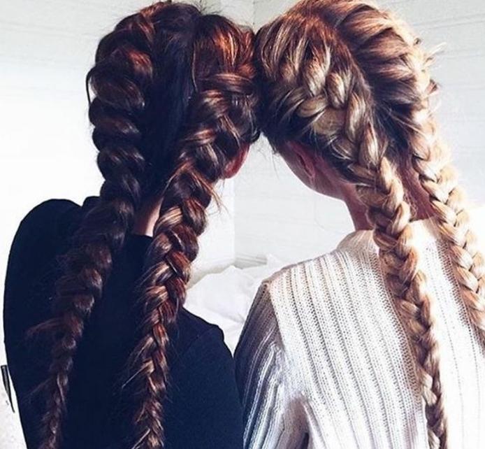 exemple de tresse collé, meilleures amies, brune et blonde, cheveux longs volumineux, modele de tresse sport, style décontracté