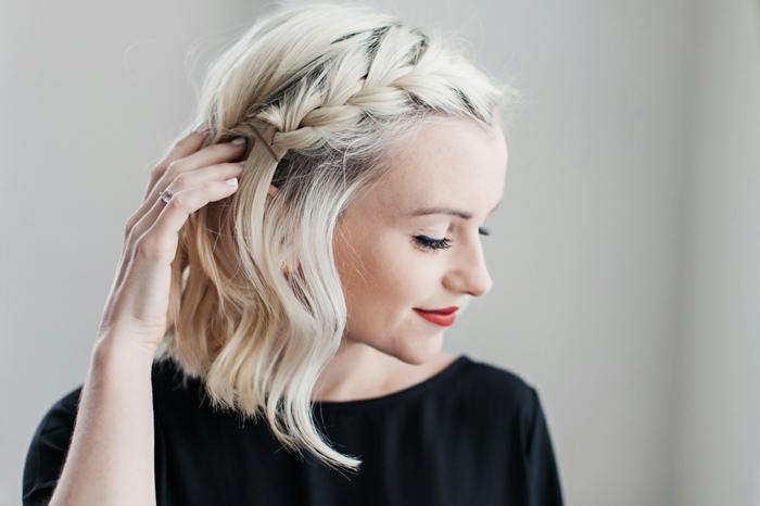 tresse collée, petite tresse française sur le côté, carré ondulant cheveux blonds