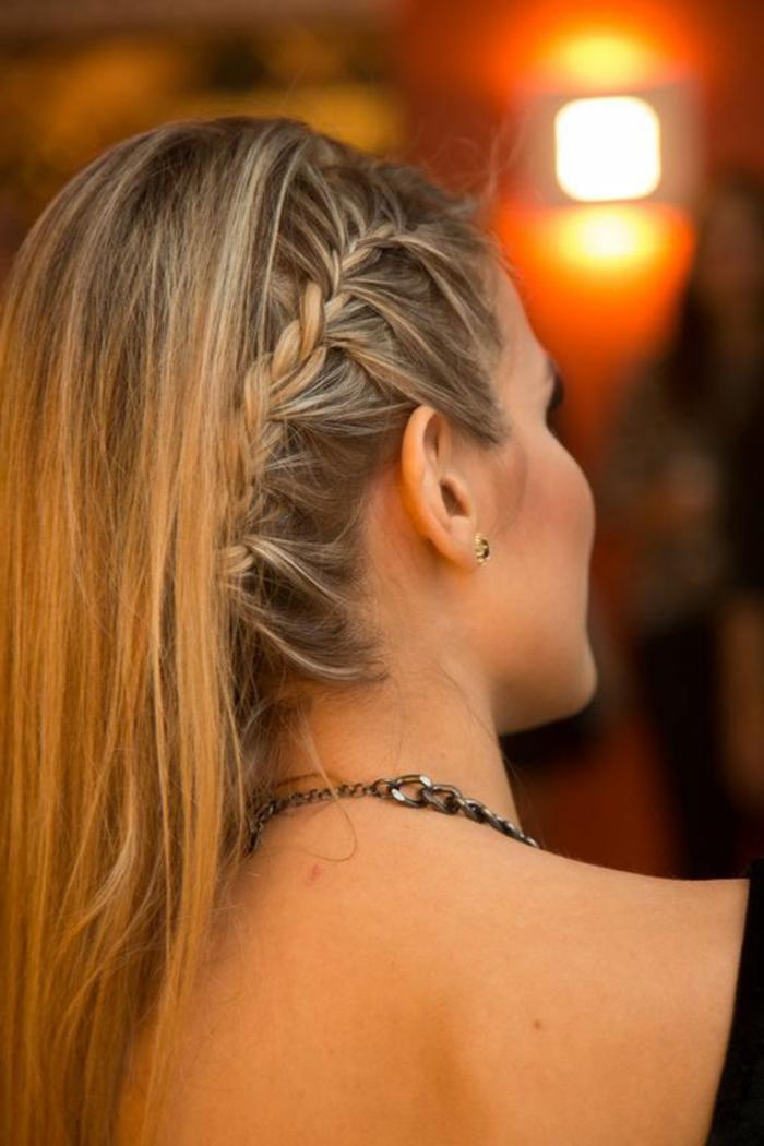 tresse collée sur le côté et une belle coiffure asymétrique