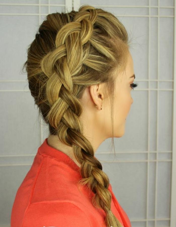 tresse collé, cheveux longs tressé sur le côté et un top rose