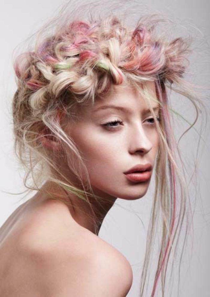 tresse collee, cheveux en couleurs pastels, tresse couronne ébouriffée