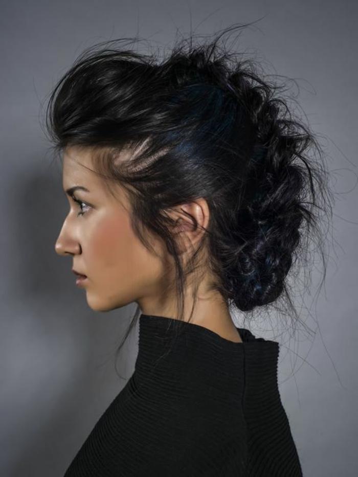 tresse collee, tresse centrale ébouriffée, cheveux couleur noire