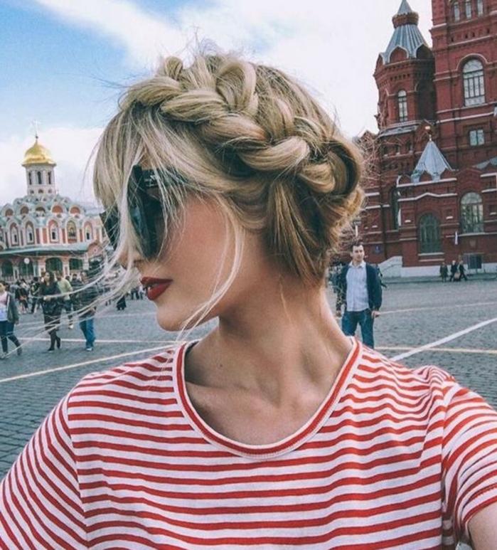 tresse couronne, balayage blond, effet décoiffé, lunettes noires, tee shirt rayures rouges et blancs, coiffure slave