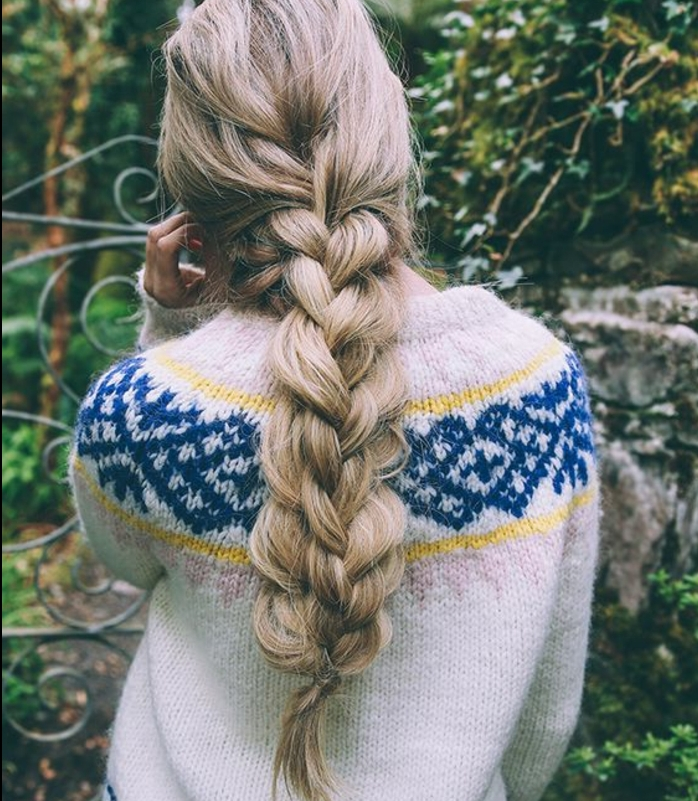 idée comment faire une tresse quatre brins, cheveux longs volumineux, pull hiver, couleur cheveux blond cendré