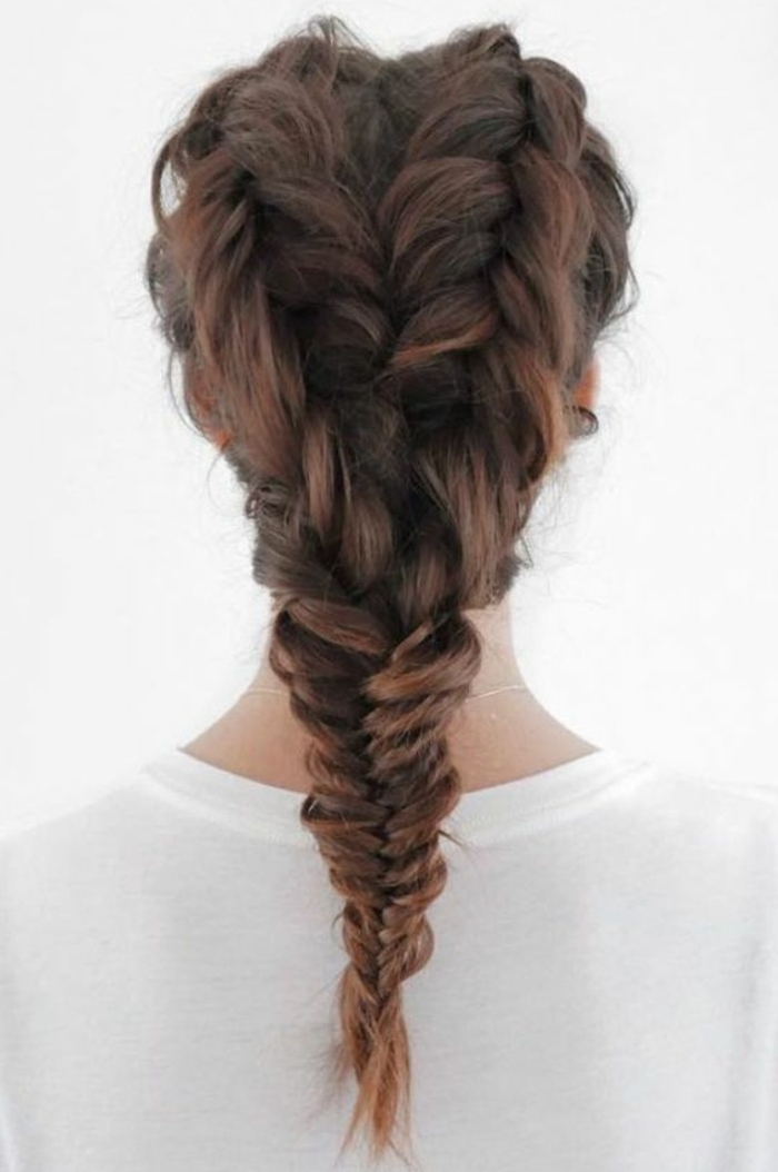 tresse épi double, cheveux marron, coiffure féminine, technique de tressage intéressante, tee-shirt femme blanc, coiffure femme originale