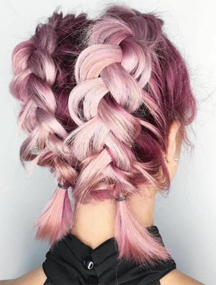 cheveux mi longs rose et mauve, tresses collées avec petites queues de cheval, coiffure floue lachée, extravagante