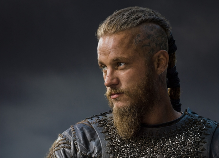 coupe de cheveux viking, barbe longue, queue de cheval, undercut ragnar, cheveux blonds