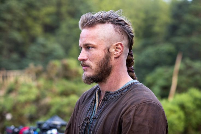 coupe de cheveux viking, chemise marron, Ragnar Lorthbrok, undercut, queue de cheval tressé