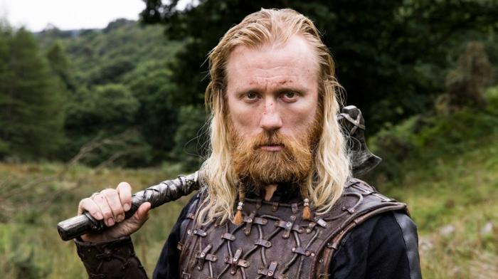 coiffure viking, cheveux blonds, bague celtique en argent, barbe longue cuivrée