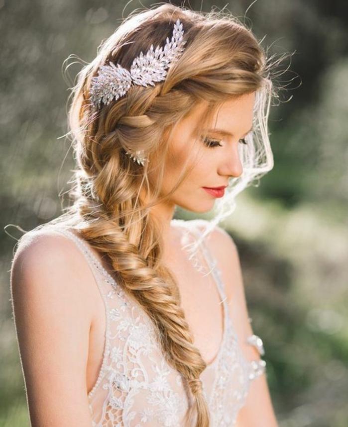 tresse épi de blé sur le coté, accessoire cheveux bijou, effet décoiffé, mèches tombantes autour du visage, robe de mariée été,