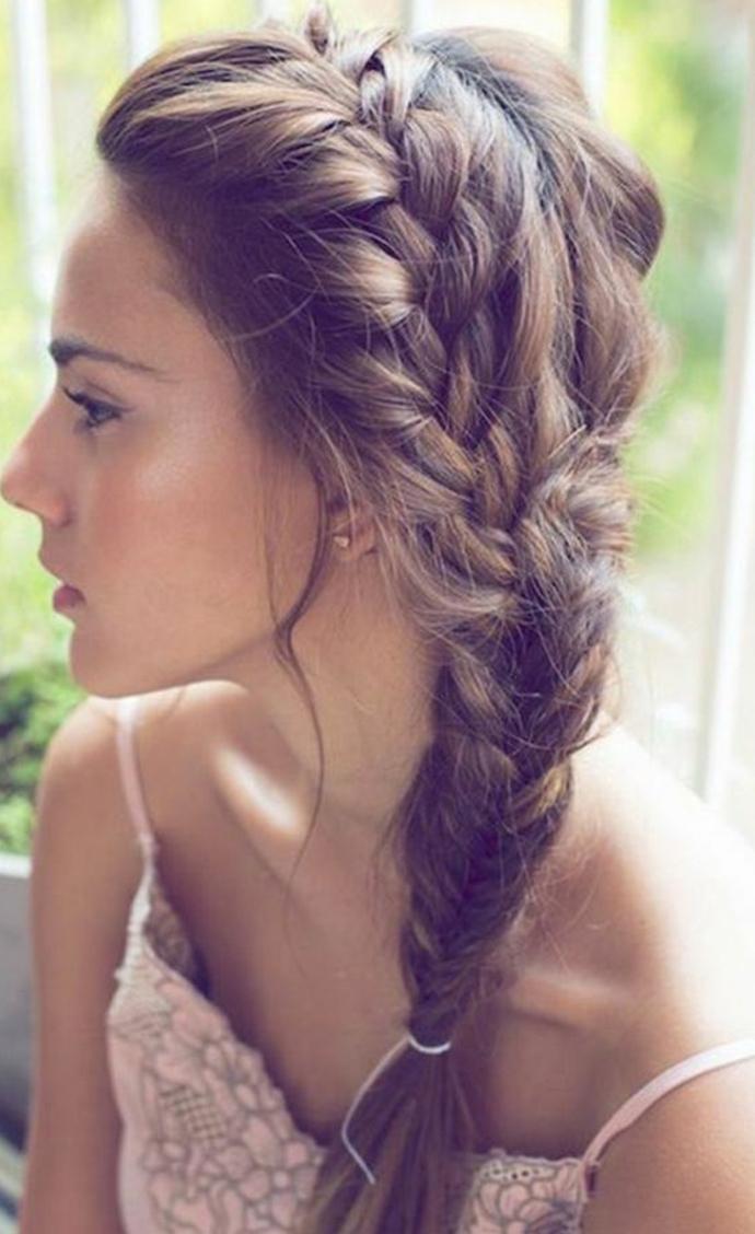 tresse sur le coté combiné, tresse africaine et tresse epi, effet coiffé décoiffé, idée de coiffure femme été
