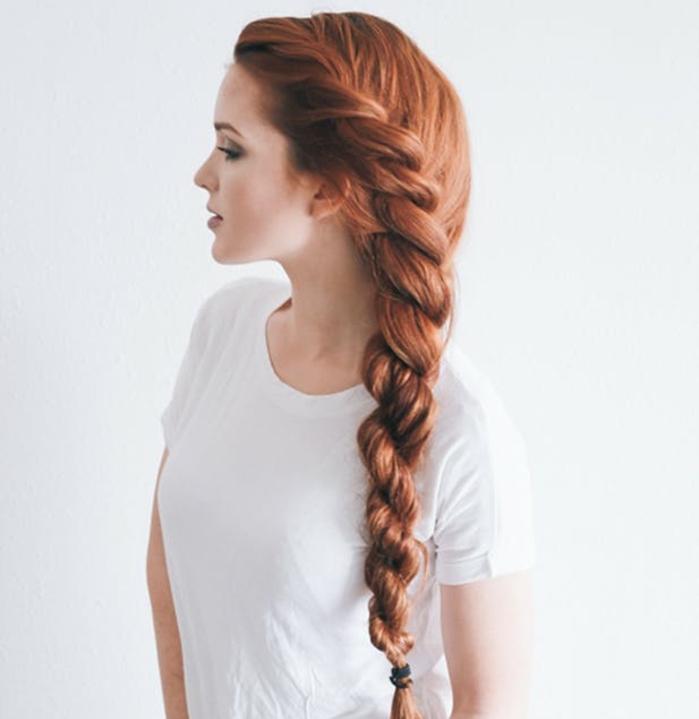 tresse torsadée sur le coté, cheveux longs roux volumineux, coiffure de princesse à faire soi-meme, femme peau blanche, comment faire une tresse