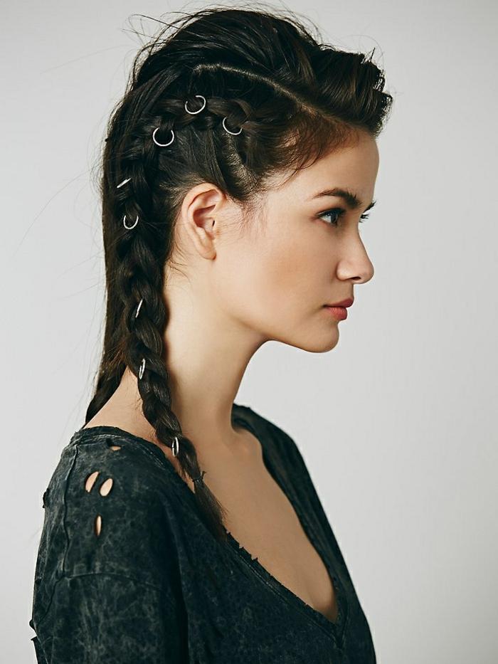 coiffure viking, inspiration lagertha, cheveux noirs, tresse avec bagues celtiques, lèvres rose