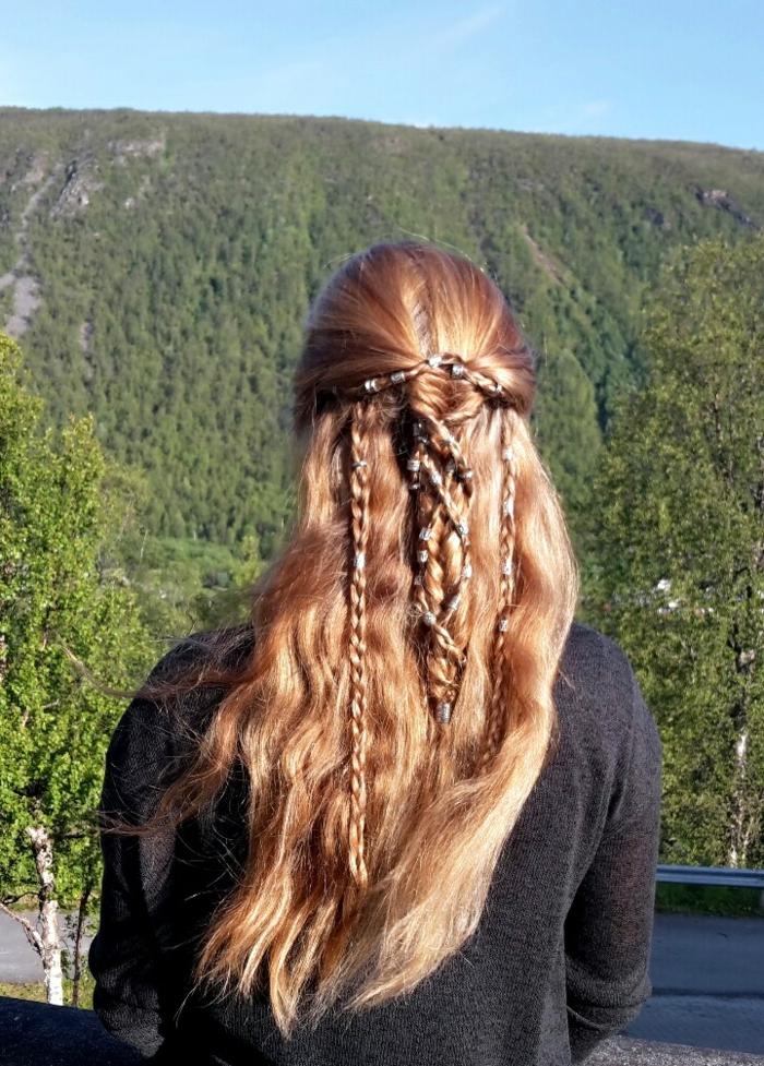 coiffure viking, cheveux longs, boucles avec nattes, coloration cuivre, accessoires pour les cheveux