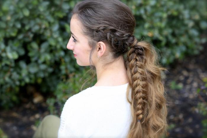 femme viking, blouse blanche, pantalon kaki, cheveux brunes, queue de cheval tressé