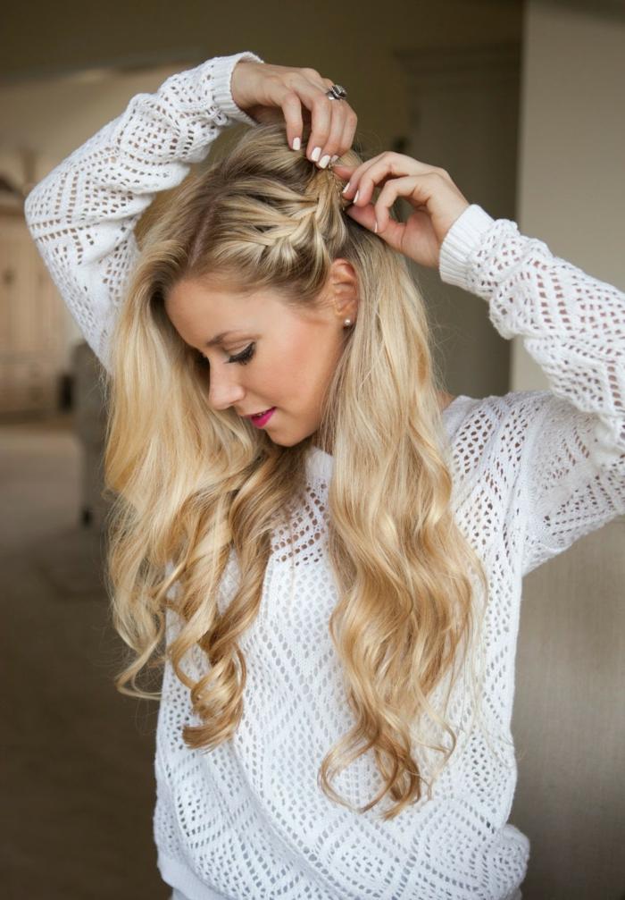coiffure viking, lèvres rose, perles, blouse blanche, manucure blanche, bague en argent, cheveux blonds bouclés