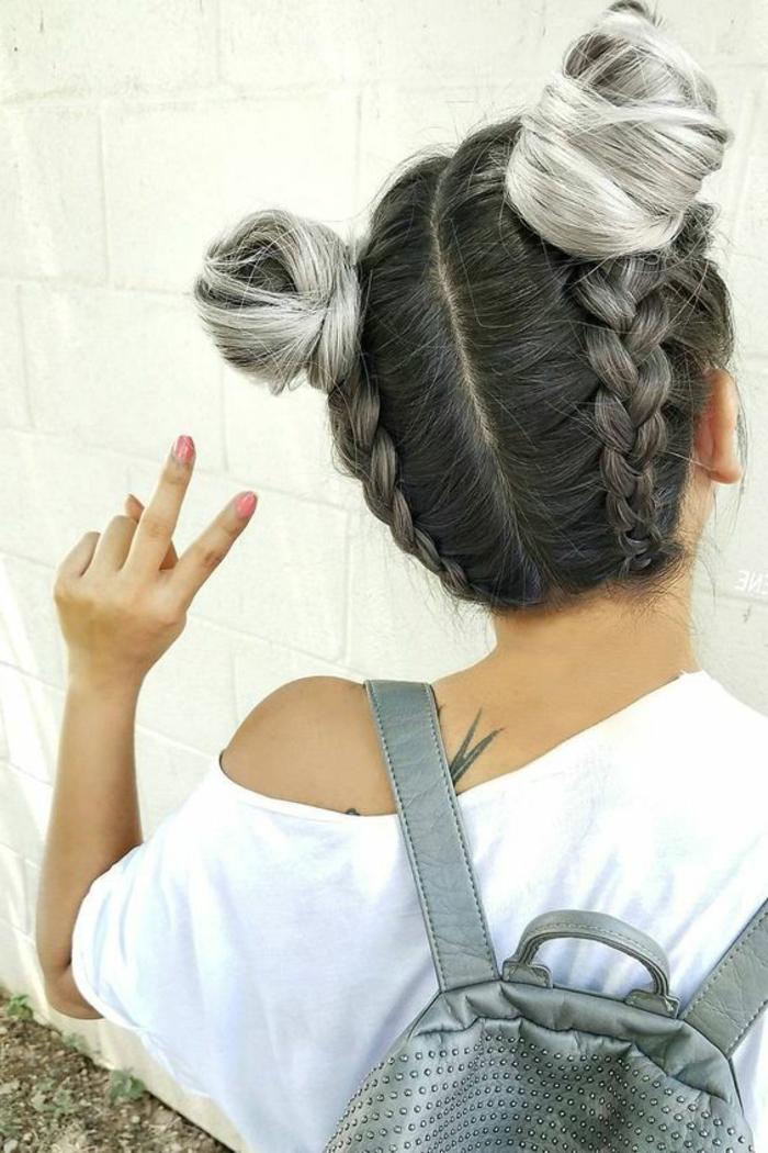 tresse africaine, cheveux effet grisonnant, tresses africaine et macarons, idée de coiffure femme moderne extravagante, tee shirt blanc